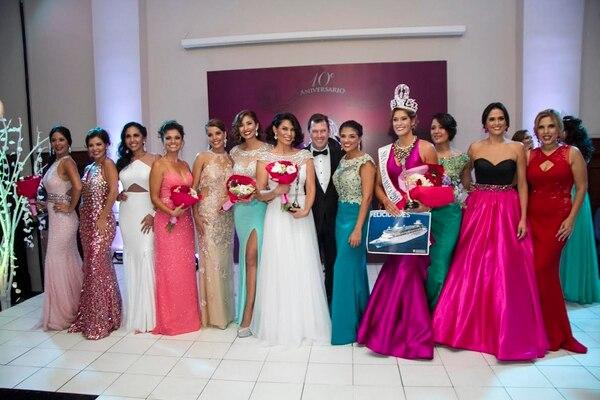Las once concursantes posaron junto alos presentadores del concurso, Natalia Rodríguez y Vicente Tepedino. Arnoldo Robert para La Nación.