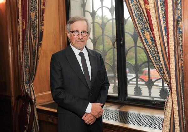 Steven Spielberg elogió a su amigo George Clooney, por siempre ayudar a quienes más lo necesitan.