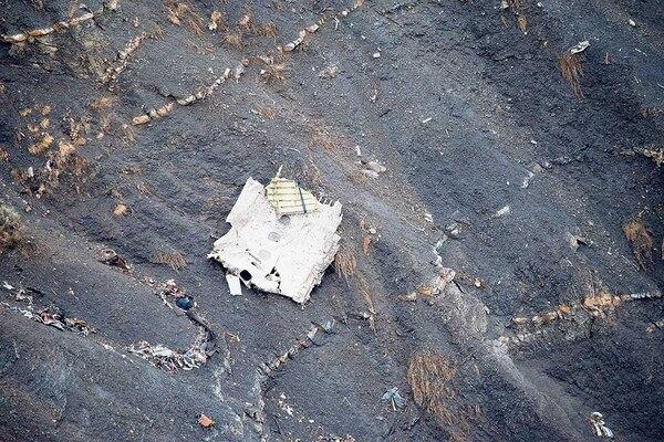 La Gendarmería Nacional francesa distribuyó esta foto que muestra restos del avión estrellado el martes 24 en los Alpes franceses.