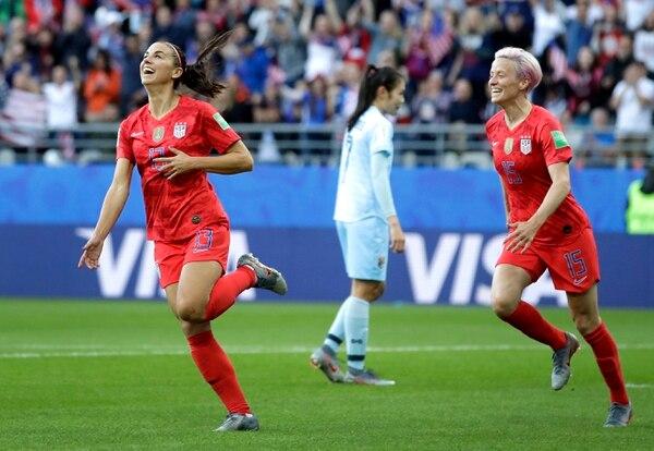 Alex Morgan (izquierda) celebró en cinco ocasiones mientras que la capitana Rapinoe (derecha) en una durante la goleada estadounidense. AP Photo/Alessandra Tarantino