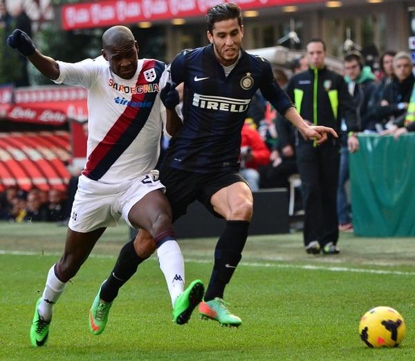El delantero colombiano del Cagliari, Victor Ibarbo (izquierda), lucha por el balón contra el centrocampista argentino del Inter de Milán, Riccardo Gabriel Álvarez