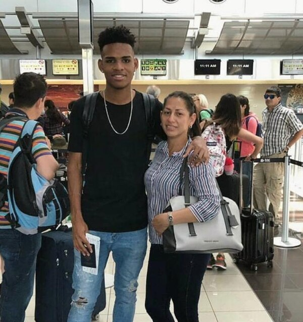 Orlando Sinclair, quien hoy emociona en Saprissa, junto a su mamá, Karen Hernández, previo a su primera aventura en Estados Unidos. Foto: Cortesía