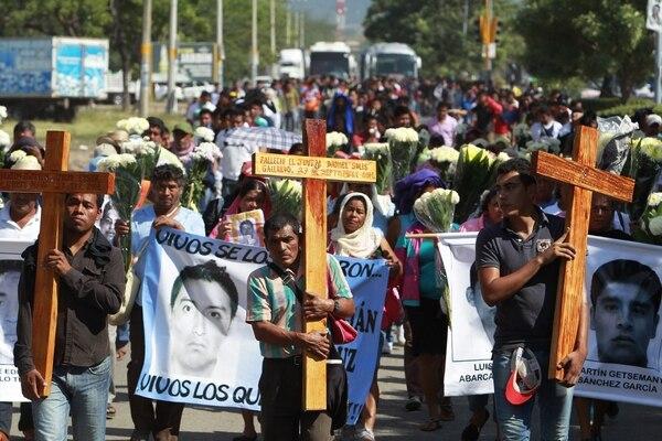 Familiares de los jóvenes desaparecidos y estudiantes de la Escuela Normal de Ayotzinapa participan en una celebración religiosa