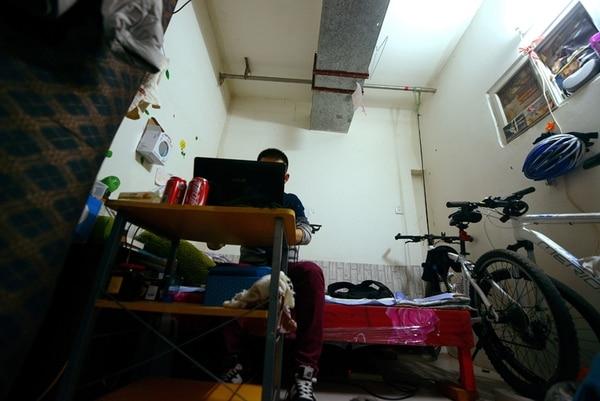 El sótano de este edificio en Pekín es la vivienda de este hombre. | AFP
