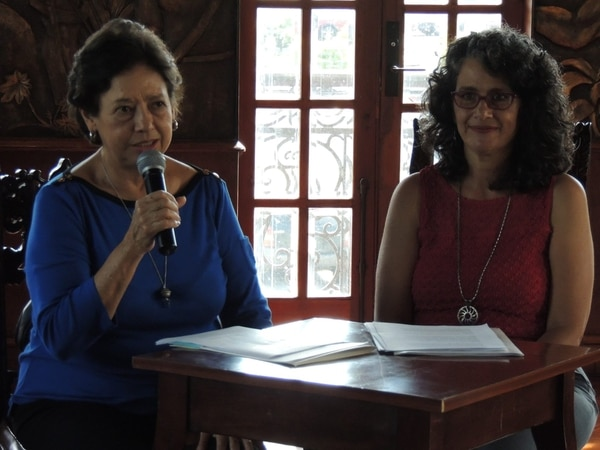 Elizabeth Fonseca, ministra de Cultura y Juventud (izq.) y Fresia Camacho, directora de Cultura del MCJ, anunciaron esta mañana los ganadores de los Premios Nacionales de Cultura 2015.
