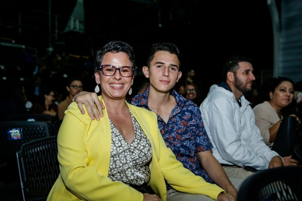 Yasmín Flores, esposa de Magdiel Ramírez, junto a su hijo Alejandro, de 19 años. Ambos asisten a apoyar al intérprete de Chibolo. Fotografía: Alejandro Gamboa Madrigal