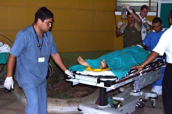 Momento en que llegó a Puntarenas una de las heridas.   ANDRÉS GARITA