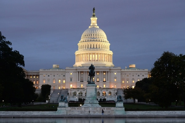 El Capitolio no votará este martes un plan para aumentar el techo de la deuda de Estados Unidos para impedir que esa nación suspenda pagos estatales que sumirían a la economía en una nueva crisis.