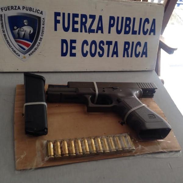Dos sujetos en moto llevaban esta pistola cargada y con varias municiones por las calles de Copey.