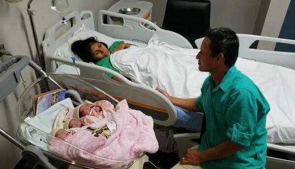 Los padres de las bebés dicen estar muy agradecidos por el nacimiento de sus hijas. Ellos son Fernando Gutiérrez y Jeaneth Córdoba. Fotos: Édgar Chinchilla, corresponsal