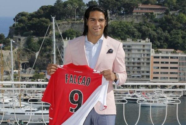 Falcao posa con su nueva camiseta del Mónaco. | AP.