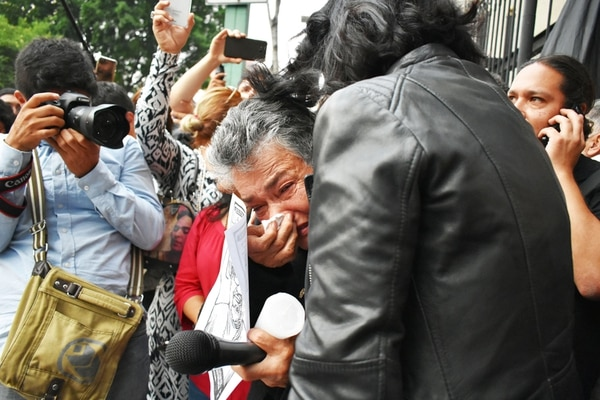 A María Herrera Magdaleno, la llamada 'Guerra contra el narcotráfico' le costó la desaparición de sus cuatro hijos, hace ya nueve años. Llora en los brazos de la periodista Lydia Cacho.