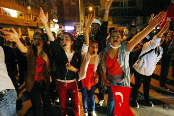 La policía continúa desalojando a los manifestantes de las diferentes plazas de Estambul