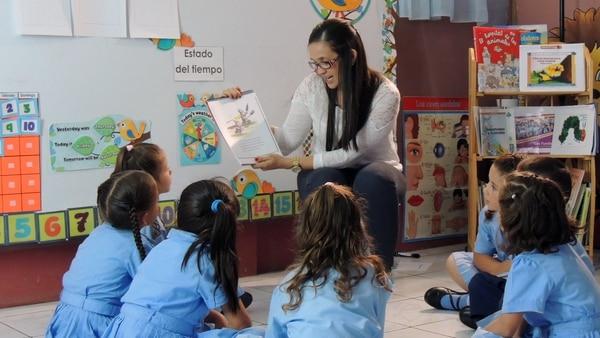 Katherine Gutiérrez, docente de preescolar en la Escuela La Concepción, en Llano Bonito de León Cortés, en medio de una clase de lectura compartida. (Foto con fines ilustrativos)