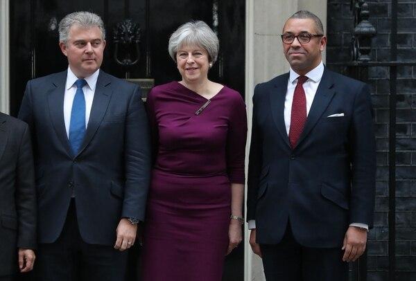La primera ministra británica Theresa May (centro) posa frente a 10 Downing Street con el recién nombrado presidente del Partido Conservador, Brandon Lewis (izq.), y el diputado, James Cleverly, en Londres.
