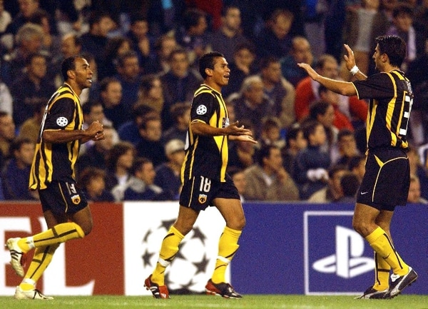 El 23 de octubre del 2002, Mauricio Wright (izquierdo) y Wálter Centeno (centro) celebraron un gol del AEK con Ilija Ivic. / Archivo