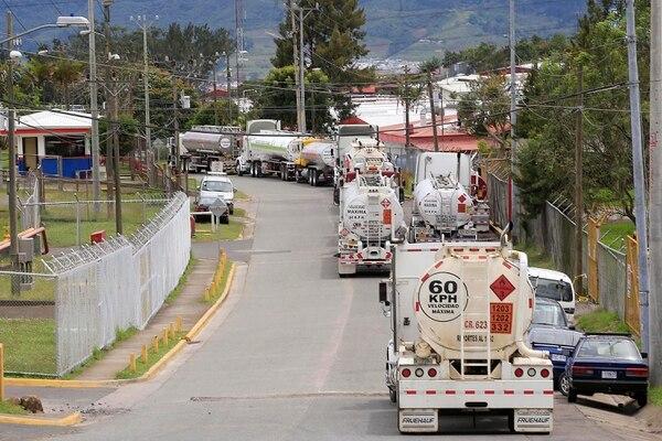 Furgones cisterna en el plantel de Recope para cargar combustible. Para Costa Rica la baja en los precios del petróleo en el 2020 implicó una ganancia. Foto: Rafael Pacheco