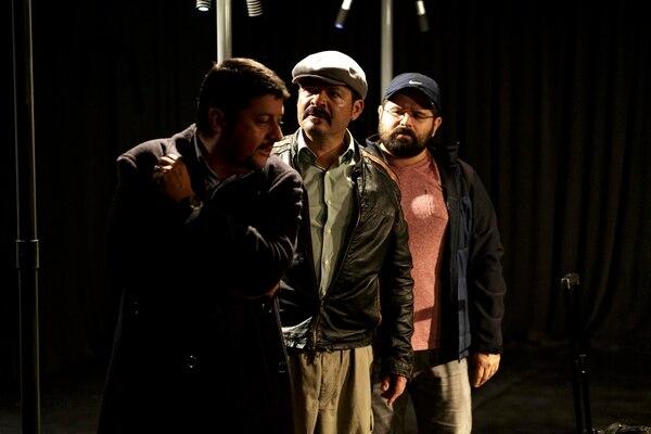 Cuerdas es una producción de la Traka Teatro sobre tres hermanos que se reencuentran en un aeropuerto. Andrés Arce.