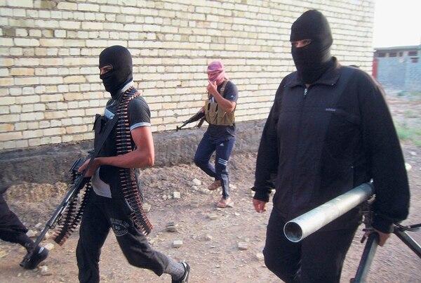 Combatientes antigubernamentales se desplazan por una calle de la ciudad de Faluya. Rebeldes vinculados con al-Qaeda ocupan, desde diciembre, esa ciudad y varias partes de Ramadi.