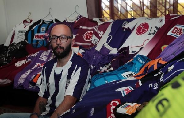 La camiseta favorita de Andrés es la de visita que utilizó el equipo en el 2005. Foto: Alonso Tenorio