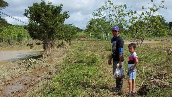 Allan Porras y su hijo, Sneider, de siete años, pasaron casi dos días con el resto de su familia en una lancha, a causa de la inundación.
