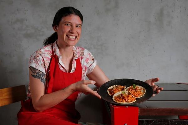 Adriana Sánchez es la cocinera de Manos en la masa y ella dice que su interés es preservar la tradición en la cocina. Ella preparó gallos de arroz con pollo, con la receta de la abuela, incluso sirvió el platillo en un comal herencia de su familiar. Fotografía: Mayela López.