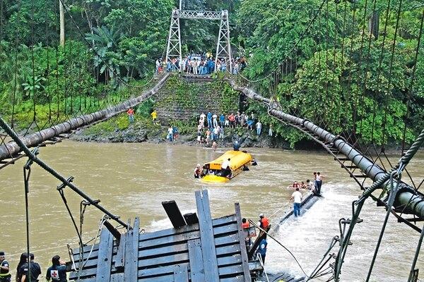 El puente de hamaca sobre el río Tárcoles se desplomó cuando pasaba un autobús con 38 pasajeros, quienes viajaban de la comunidad de El Barro de Turrubares hacia Orotina. La mayoría de ellos se dirigía a trabajar en el cantón alajuelense. | ARCHIVO LN