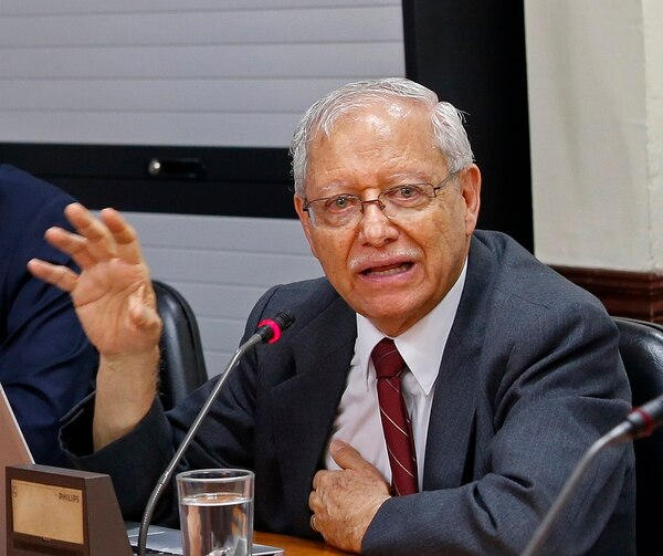 El ministro de Hacienda, Helio Fallas, explicó que el Gobierno presentará a inicios de enero una agenda de trabajo para procurar el avance legislativo de proyectos relacionados con el control al déficit.