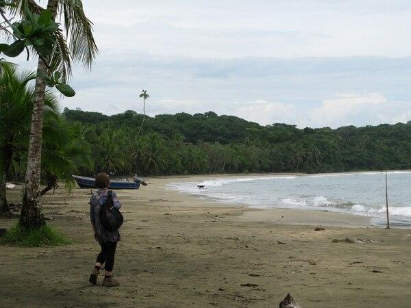 La semana anterior, la afluencia de turistas en playa Manzanillo, Talamanca, era mínima. Los empresarios hoteleros afirman que los turistas no deben temer visitar esa zona porque incrementaron las medidas de seguridad, incluida la colocación de cámaras en sitios estratégicos.   DIEGO BOSQUE