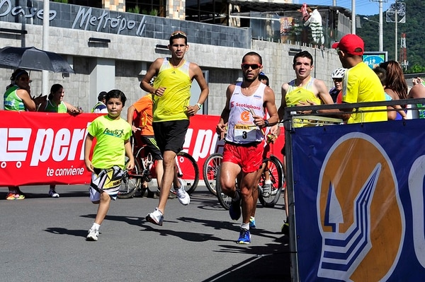 César Lizano (derecha) comando al equipo Scotiabank para ganar la Maratón de Relevos Paseo Metrópoli, disputada en Cartago.