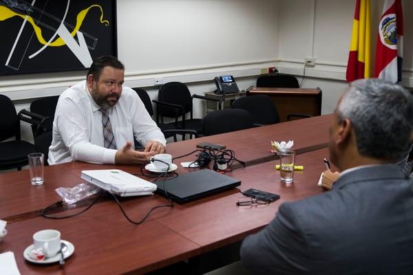 El director nacional de Pensiones, Luis Paulino Mora, y Víctor Morales Mora, jefe de fracción del Partido Acción Ciudadana (PAC), se reunieron en noviembre del 2018 y lo harán por segunda vez este martes 8 de enero. Foto: Alejandro Gamboa.