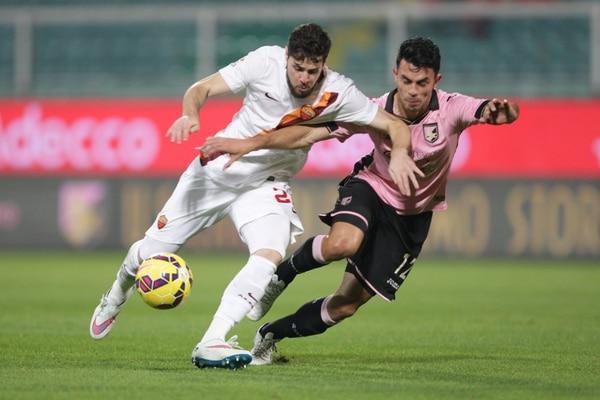 Mattia Destro (izq.) intenta superar a Giancarlo González durante la primera parte del partido entre Palermo y Roma.