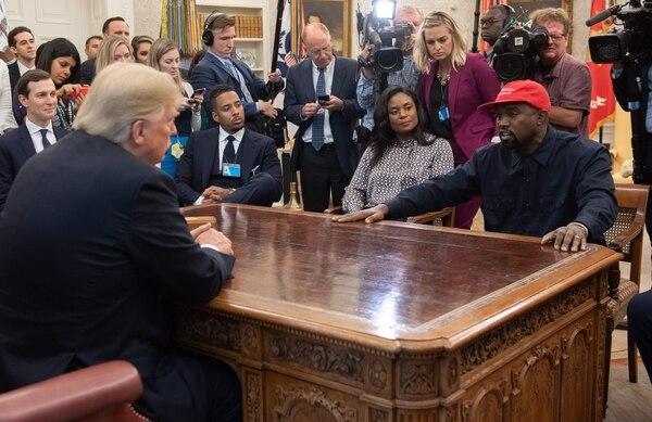 En el 2018 Kanye West visitó a Donald Trump en la oficina Oval de la Casa Blanca, el rapero había manifestado siempre su apoyo a Trump. Foto: Archivo/AFP