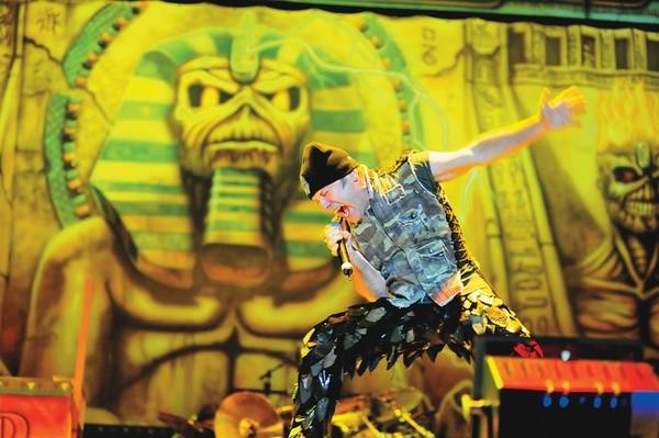 Bruce Dickinson en el Estadio Saprissa, durante el concierto que Iron Maiden ofreció en Costa Rica en el 2008.