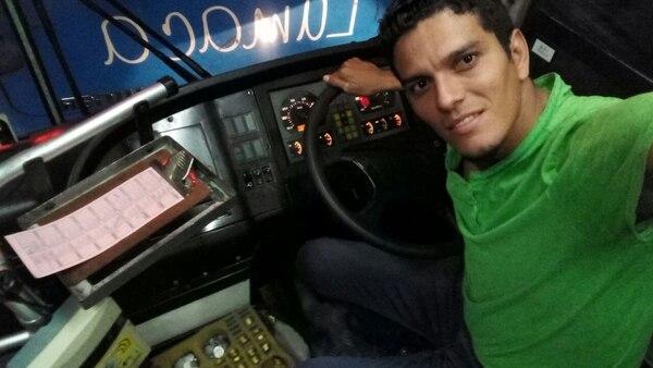 Michael Ortiz en una de las unidades de Lumaca. Fotografía: Cortesía.