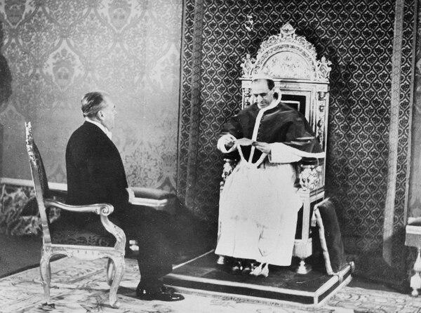 El papa Pío XII recibía a Mayron C. Taylor, enviado especial del presidente estadounidense, Franklin D. Roosevelt, quien le entregó una carta de este. fue el 27 de febrero de 1940.