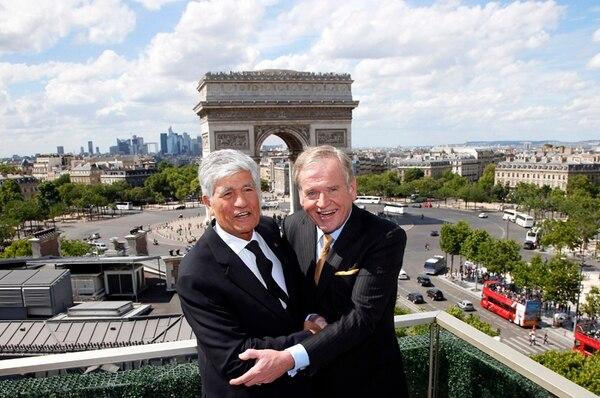 Maurice Levy (izq), presidente de Publicis, y John Wren, máximo jerarca en Omnicom, cerraron la operación ayer en París, Francia. | AP.