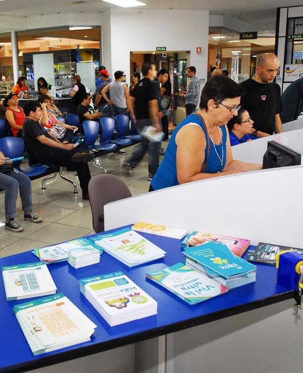 El puesto del ICE en el Outlet Mall, en San Pedro de Montes de Oca, fue visitado el sábado por personas interesadas en la portabilidad.   MARIO ROJAS