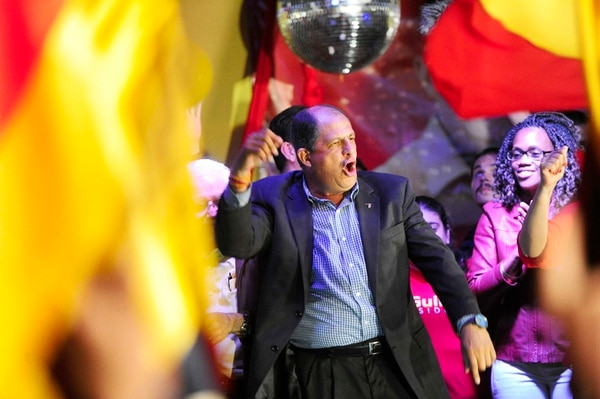 Luis Guillermo Solís celebró con alegría junto a la diputada electa Epsy Campbell. | MAYELA LÓPEZ.
