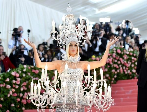 Sin miedo a hacer el ridículo, Katy Perry apostó por utilizar unos grandes candelabros que acompañaron su vestido plateado. Foto: AP