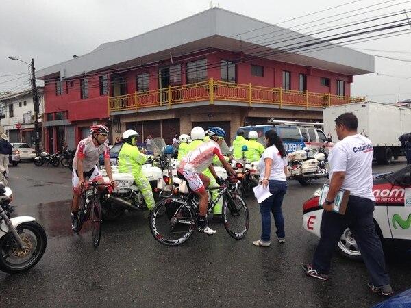 Los ciclistas recurrieron a bolsas de plástico para protegerse de la lluvia a pocos minutos de que la Vuelta a Costa Rica inicie su andar en su edición del 2013.