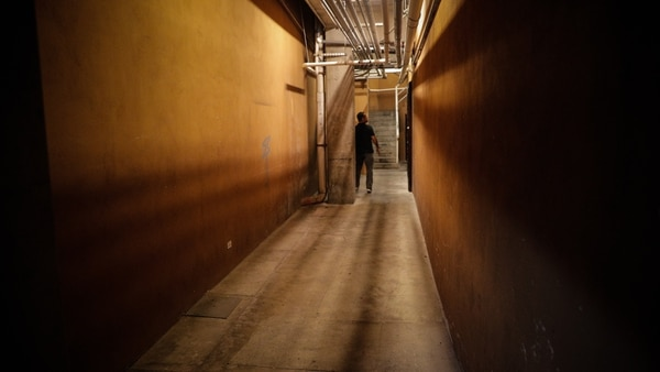 De viaje perdido. Sí, este es uno de los pasillos del parqueo D subterráneo de Multiplaza Escazú y que alberga a D Bar. Este tipo de bares se encuentran camuflados por lo que lograr encontrarlos es parte de la experiencia, afirma su propietario. Foto Jeffrey Zamora