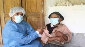Vacunan contra covid-19 a hombre de 121 años en Perú