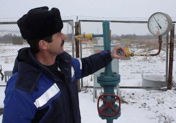 Un técnico inspecciona la presión del gas de Rusia en la frontera con Ucrania. Los rusos amenazan con cortar el suministro a Europa, que representa un 30% del consumo total de esa fuente de energía.   ARCHIVO/AP