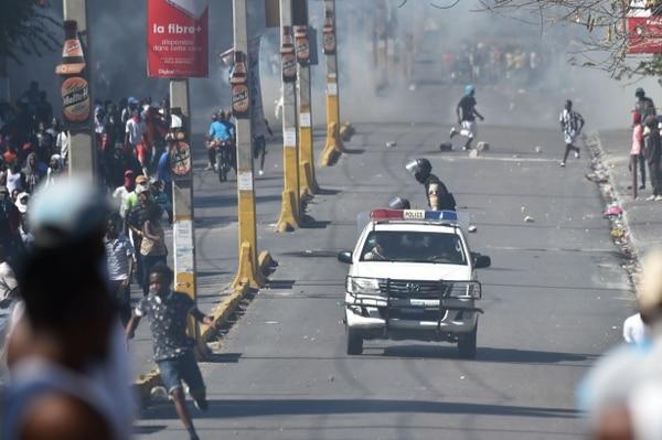 La policía haitiana patrulla las calles mientras intentan disolver una manifestación en el quinto día de protestas en Puerto Príncipe, contra el presidente haitiano Jovenel Moise y el uso indebido de los fondos de Petrocaribe. Foto: AFP