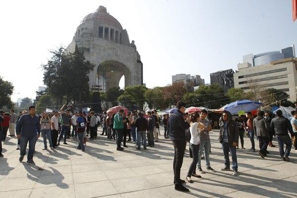 Habitantes de la Ciudad de México permanecen en lugares abiertos después de que un movimiento sísmico se sintió este viernes en la capital mexicana.