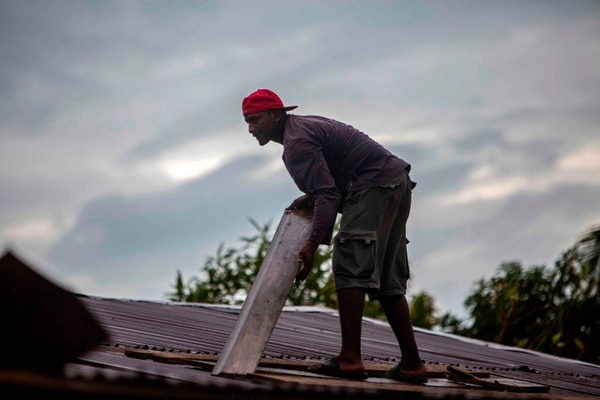 Este habitante de Bilwi procuró reforzar el techo de su vivienda antes de la llegada del huracán Iota. AFP