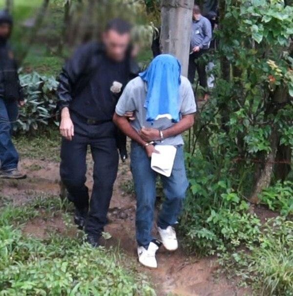El sospechoso fue hallado por los agentes en Siquirres luego de varias horas de búsqueda. Al parecer, en su casa había variada evidencia.   CORTESÍA OIJ