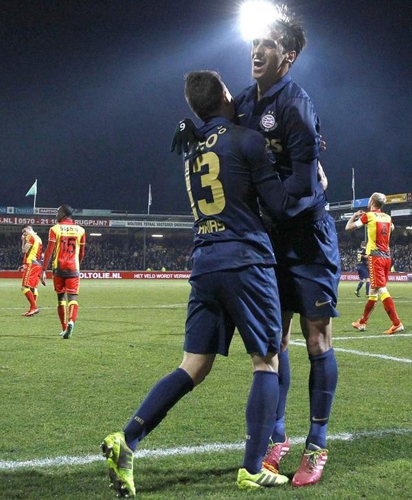 Bryan Ruiz celebra con Santiago Arias (13) el gol de la victoria del PSV. | EFE