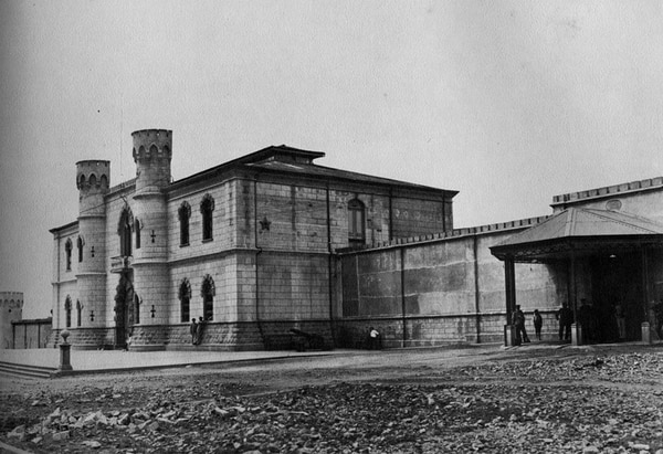 El edificio administrativo de la Penitenciaría Central y parte de su muralla frontal, en 1914. Fotografía de Fernando Zamora.